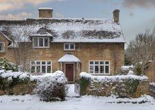 在雪的Cotswold村庄 免版税库存照片