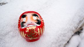 在雪的Daruma 库存照片