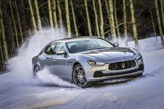 在雪的Maserati 库存照片