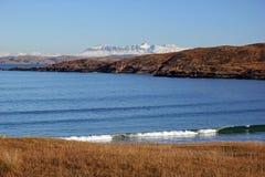 在雪的Suilven从Achnahaird海湾苏格兰高地 免版税库存图片