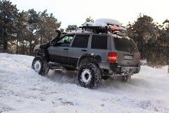 在雪的Suv 库存照片