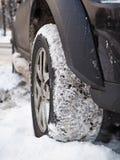 在雪的SUV 免版税图库摄影