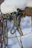在雪盖的一个被缠结的链子 免版税库存图片