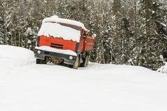 在雪盖的一辆红色卡车 免版税图库摄影