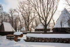 在雪盖的传统宅基 免版税库存照片