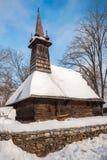 在雪盖的传统木教会 免版税库存照片