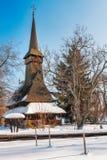 在雪盖的传统罗马尼亚木教会 库存照片