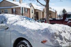 在雪盖的停放的汽车 免版税库存图片