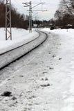 在雪盖的农村铁路/火车轨道在冬天期间 图库摄影