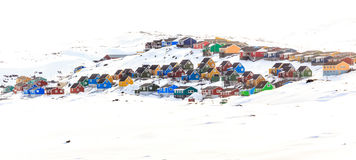 在雪盖的小山的五颜六色的客舱,亚西亚特市 库存图片