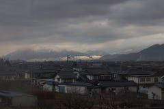 在雪盖的山在Yudanaka,日本附近 库存图片