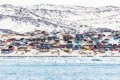在雪盖的岩石小山的生存房子,站立在Th 免版税库存图片