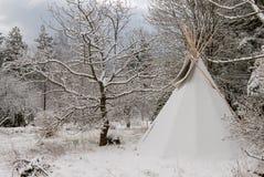 在雪盖的帐篷在冬天 免版税库存照片