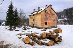 在雪盖的木柴 免版税库存照片