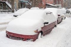 在雪盖的汽车在暴风雪期间 免版税图库摄影