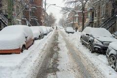 在雪盖的汽车在暴风雪期间 免版税库存照片