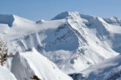 在雪盖的美丽的山断层块在冬天 免版税库存图片