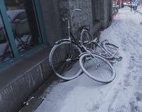在雪盖的自行车 免版税库存图片