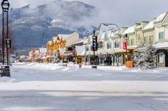 在雪盖的街市班夫 库存照片