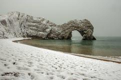 在雪盖的Durdle门在一个冬天早晨 库存照片