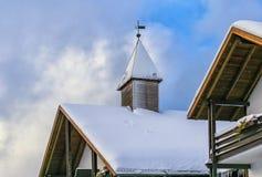 在雪盖的Rustical客舱 库存照片