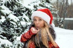 在雪结构树附近的圣诞节女孩 免版税库存照片