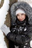 在雪结构树附近的美丽的女孩 免版税库存图片