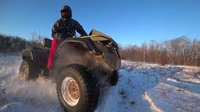 在雪背后照明速度缓慢的射击的ATV骑马 股票视频
