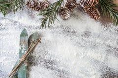 在雪背景的木滑雪 免版税库存图片