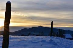 在雪自然的冬天风景与日落 库存照片
