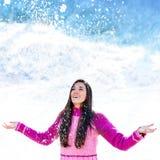 在雪花下的女孩。 免版税图库摄影