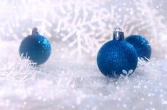 在雪花白色背景的蓝色圣诞节球  新年度`s背景 免版税库存图片