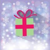 在雪花的绿色礼物盒 库存图片