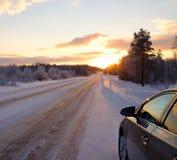 在雪道的被停止的汽车 库存照片