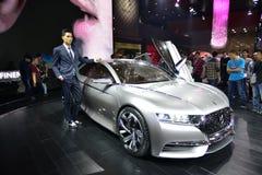 在雪铁龙神的DS概念汽车的男性模型 图库摄影