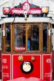 在雪雨下的电车在Istiklal街, Beyoglu,土耳其 库存照片