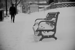 在雪风暴以后的长凳 免版税库存图片