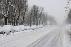 在雪风暴期间的离开的大道 免版税库存照片