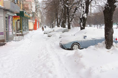 在雪风暴以后的城市街道 免版税库存图片
