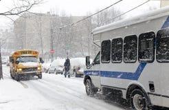 在雪风暴期间的街道交通在纽约 库存图片