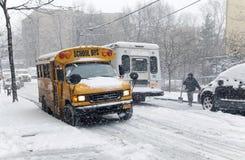 在雪风暴期间的街道交通在纽约 免版税库存图片