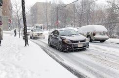 在雪风暴期间的街道交通在纽约 免版税库存照片