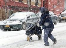 在雪风暴期间的邮件人在纽约 图库摄影