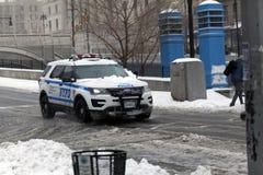 在雪风暴期间,警车巡逻 免版税图库摄影