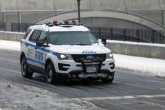 在雪风暴期间,警车巡逻 库存照片