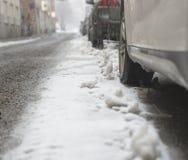 在雪风暴的停放的汽车 免版税库存图片