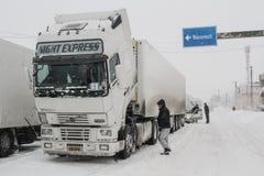 在雪风暴的卡车在路 库存照片