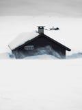 在雪风暴的山小屋 免版税库存图片