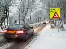 在雪风暴的快行汽车闸 免版税库存图片