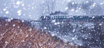 在雪风暴的蒸汽火车 库存图片